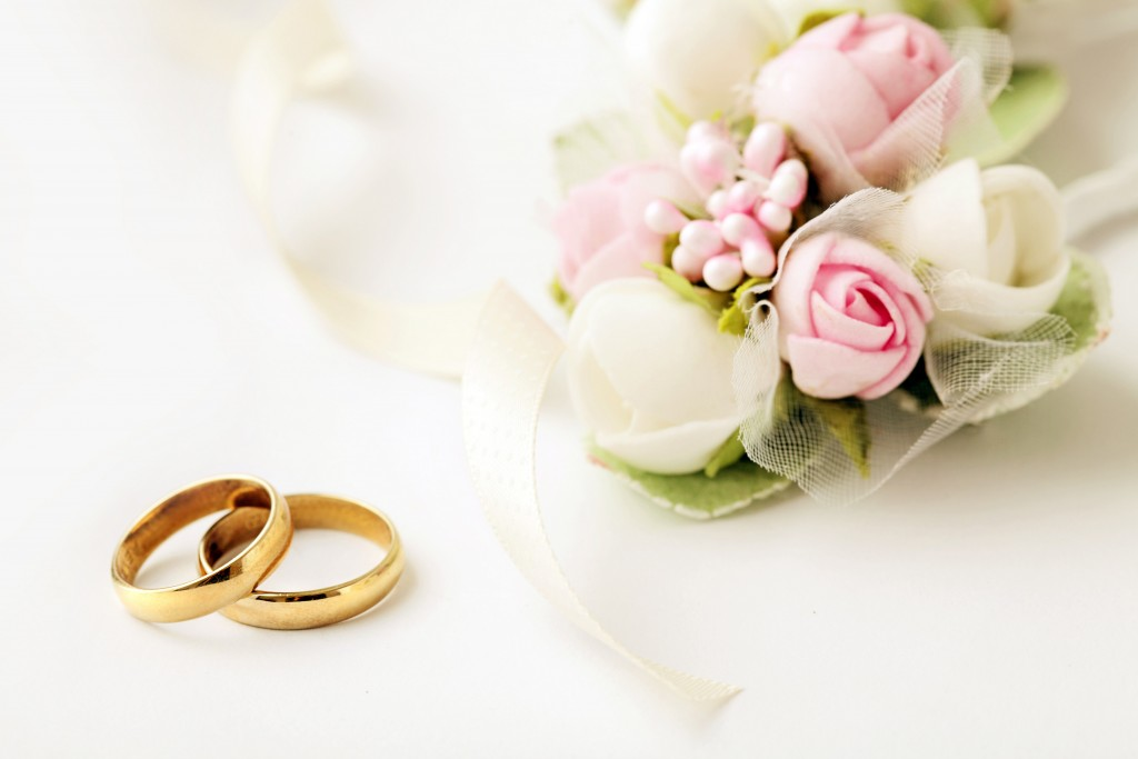 Wedding-Rings-and-Flowers
